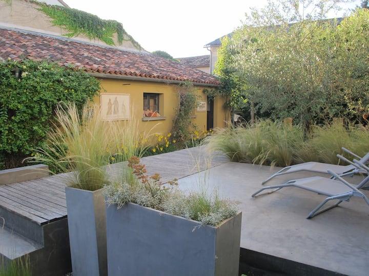 Maison de bourg design avec jardin contemporain.