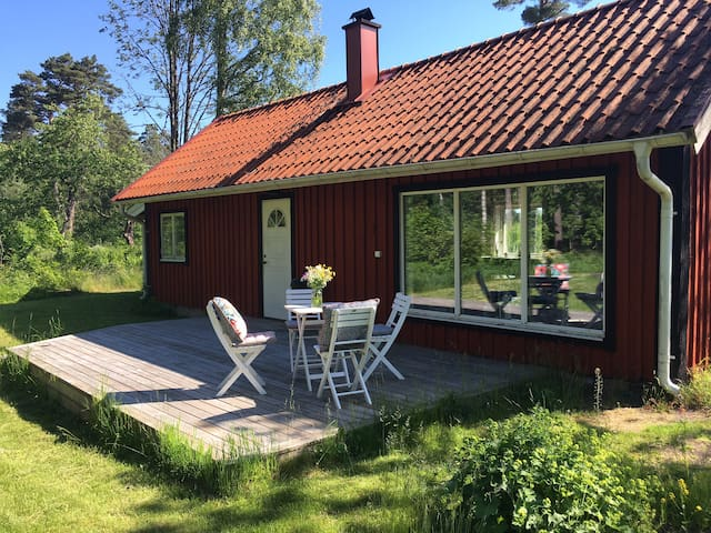 Cosy cabin by the lake in Småland