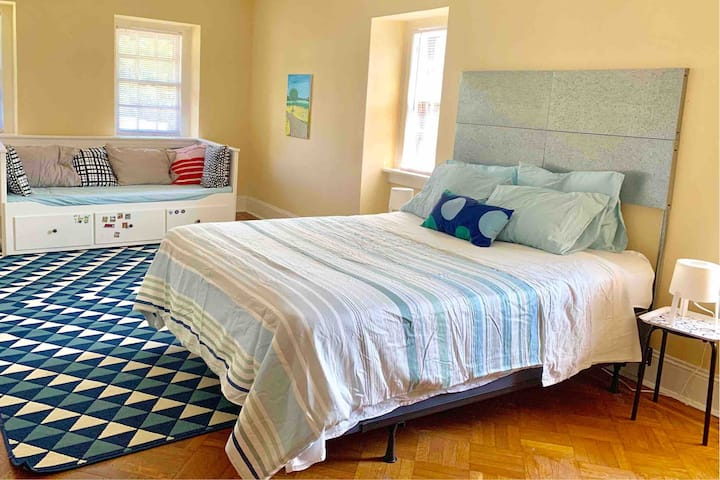 Large room with queen & day bed, safe & quiet area