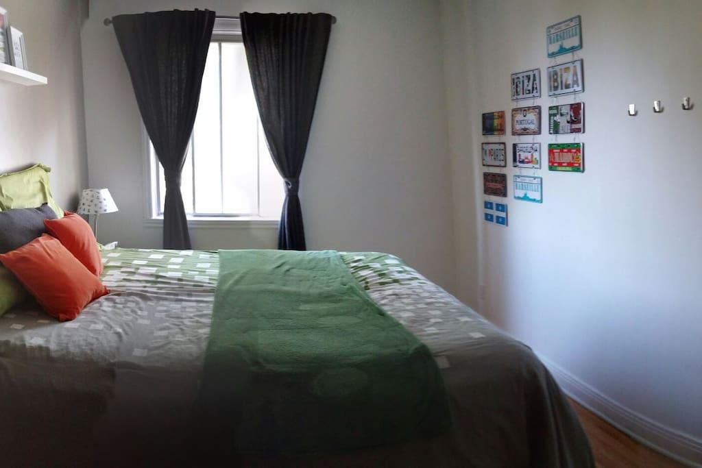 Chambre d'invités avec fenêtre lumineuse.