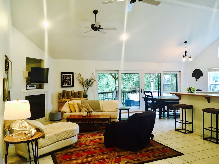 Open living area with beautiful vaulted ceilings, TV with HDMI cable so that you may stream your Netflix, etc. Also Speaker system connected to TV. May use to play music through Aux cord.