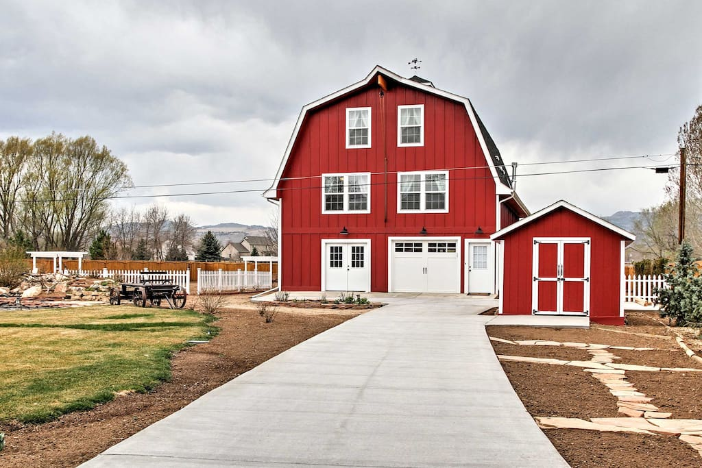 Unique modern fort collins barn w private pond houses for Cabin rentals near fort collins colorado
