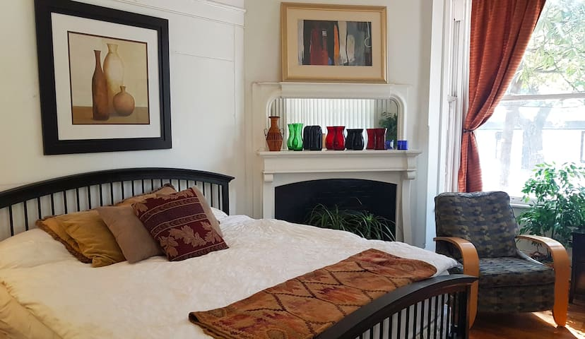 Luxury King size bed studio, and central!