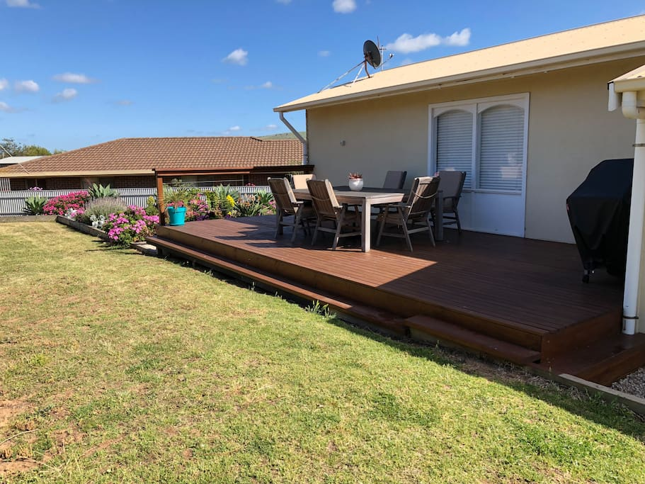 Clean yard with a spacious deck, outdoor dining table and BBQ.   Enjoy spending time on the deck whilst listening to the waves breaking on the shore of Boomer beach