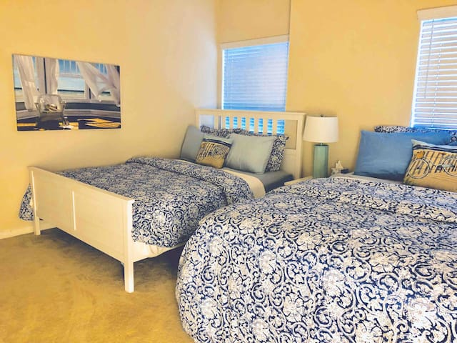 Fashion Valley  Centrally Located 2B2B 4QueenBeds!