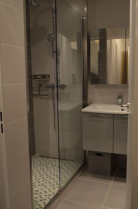 La salle de bains est équipée d'une douche à l'italienne.