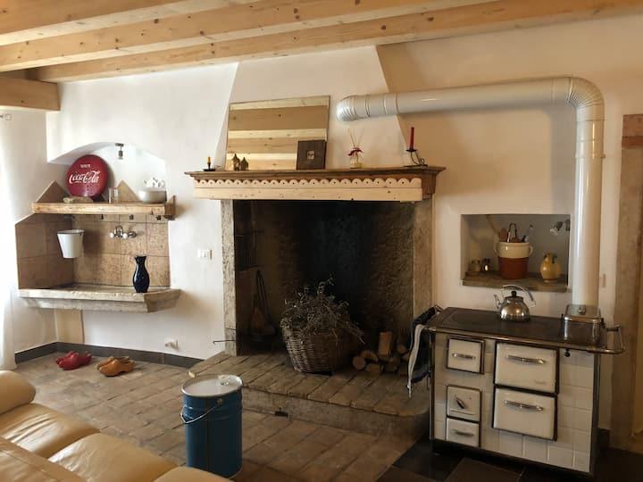 Casa in pietra tra il lago di Garda e la montagna