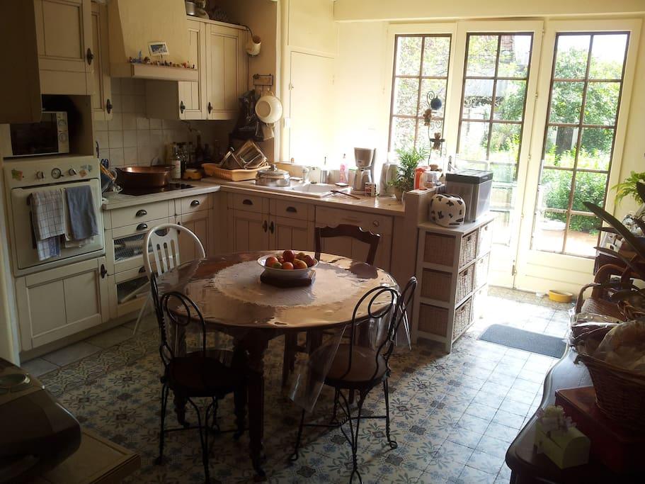 La cuisine, avec vue sur jardin et terrasse,