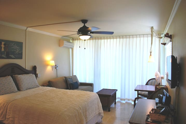 Queen size bed, ceiling fan, and central A/C. Plus nice ocean breezes