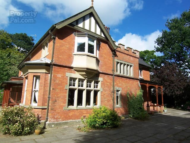 Stunning Edwardian House inc. 5* Breakfast - Ballymoney