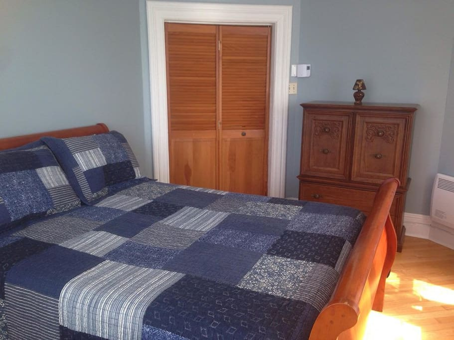 Grande chambre avec lit Queen