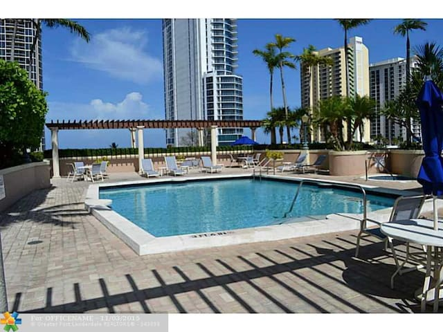 GORGEOUS KING DAVID BLD 2/2+ DEN CONDO OCEAN VIEW - Sunny Isles Beach - Apartamento