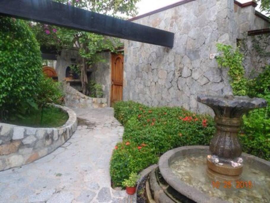 acogedor patio con fuente cantarina decantera