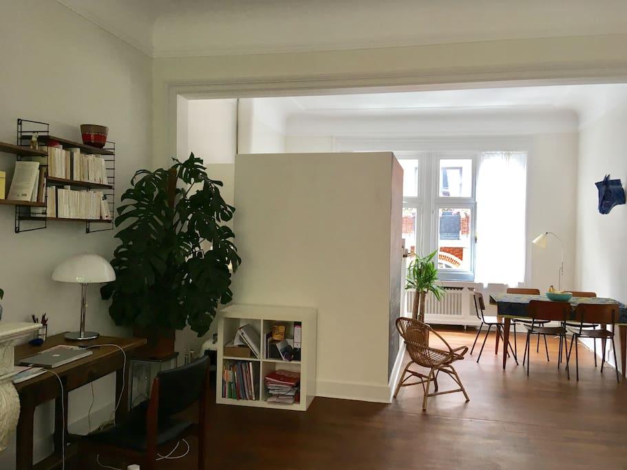 Au premier étage : hall d'entrée, salon, salle à manger, bureau, cuisine équipée et WC séparé