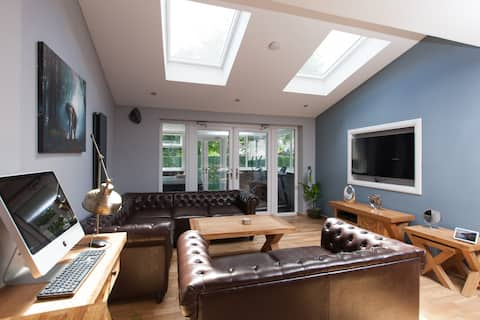 Luxury Arthur Seat ViewTownhouse with a Hot Tub