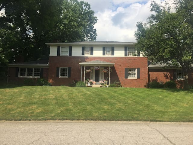 5 bedroom, Huge, 16 minutes from downtown Indy