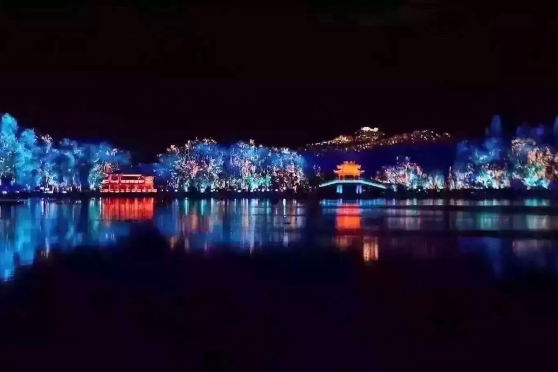 西湖夜景,印象西湖之地。G20晚宴,张艺谋导演晚会的景点,西湖北山路。welcome to hangzhou,&welcome to my house!谢谢:-)
