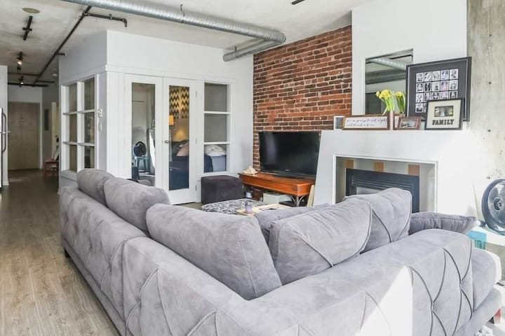 Trendy Gastown Converted Loft with Rooftop Patio