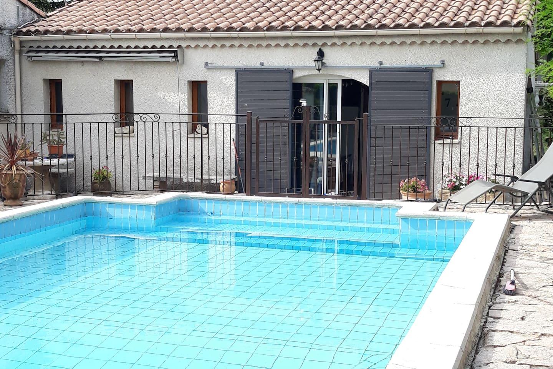 terrasse couverte devant la maison piscine sécurisé pour enfant