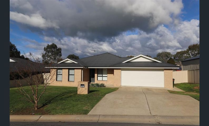 Available from mid Nov 4 bedroom home in Tumut