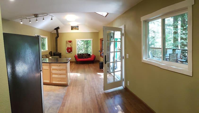 Redwood Retreat- Cozy Cabin w/Jacuzzi and WIFI