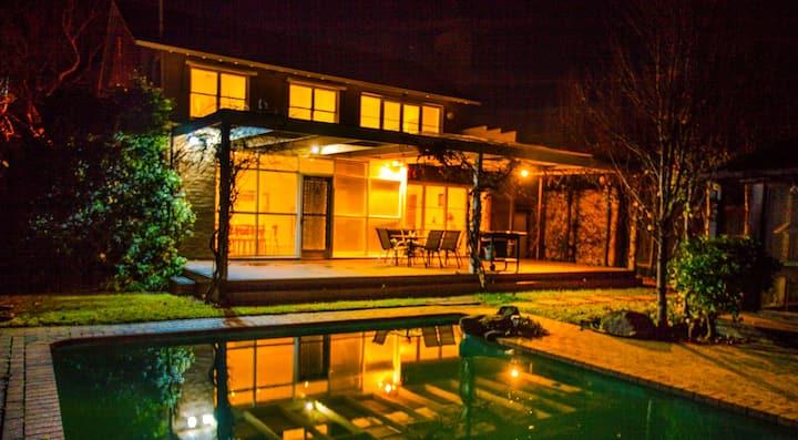 墨尔本市中心7公里处高尚住宅区幽静5房带私人泳池别墅
