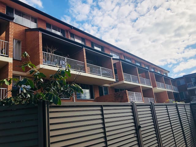 Ultimo两室两卫带花园主卧2床铺出租其中一个,家电齐全拎包入住,近悉尼大学