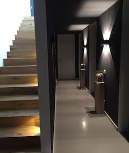 Ein Zimmer in super modernen Haus - Ház
