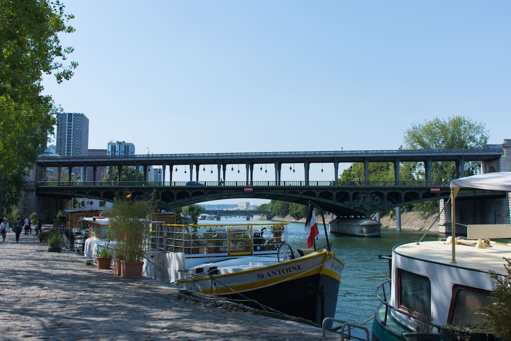 2 minutes from the flat the Seine river and peniche boat!