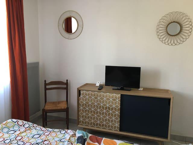 Le meuble de la chambre avec sa télé