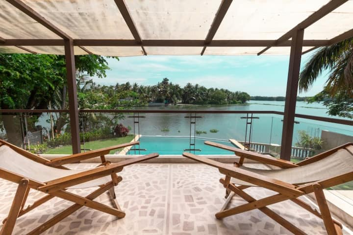 Luxurious 4BR Waterfront Mansion- Kochi, Kerala
