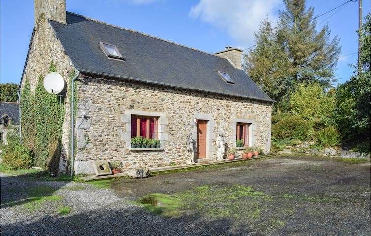 Former farm house with 2 bedrooms on 120m² in Saint Martin des Pres