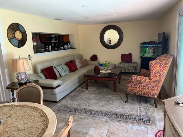 Cozy Clearwater home w Pool. Close to beaches!