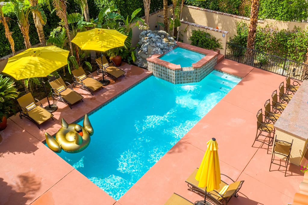 Pool. Jacuzzi. Lounge. BBQ. Outdoor TV.