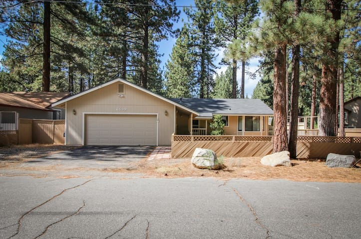 Comfy single-level, dog-friendly home w/ gas fireplace, near Heavenly