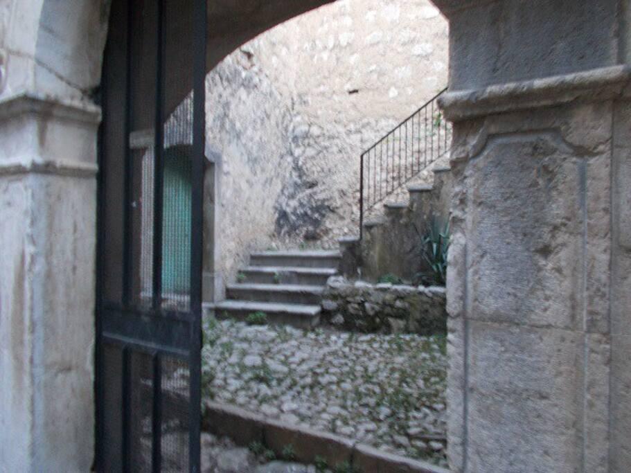cortile il pietra di Padula