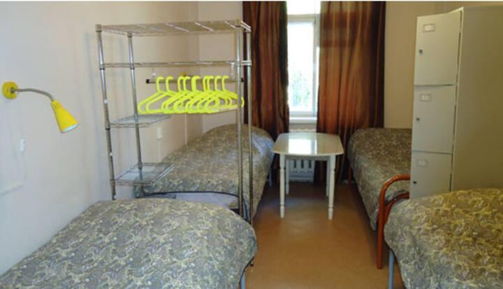 Кровать в хостеле недалеко от аэропорта