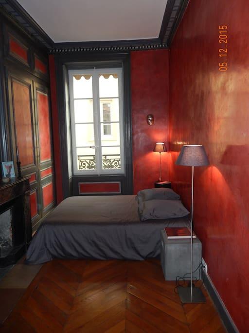 Chambre 1 côté rue. 12m2. Tadelakt rouge