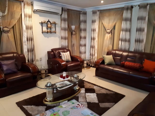 Ikeja Cozy Habitat! 10 Minutes away from Airport.
