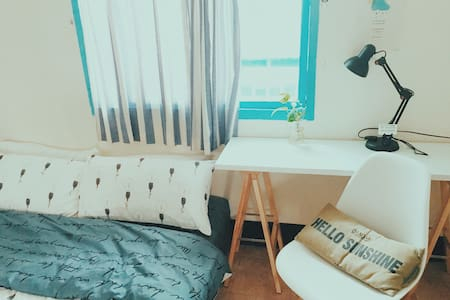Nostalgic room 5mins Jiantan MRT /shared bathroom