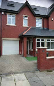 2 rooms available in modern house - Whitley Bay - House