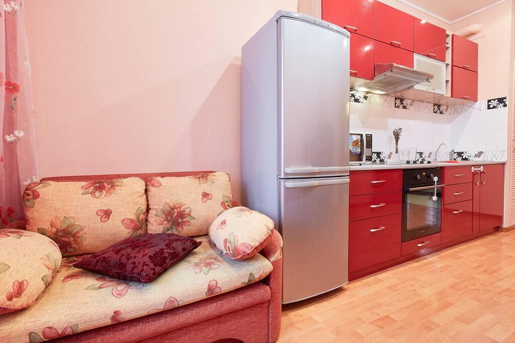Полутороспальный диван в кухне, подойдет для двух детей.