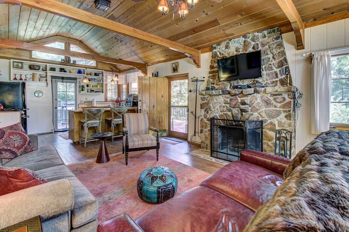 Dog-friendly mountain retreat w/ well-appointed deck and private hot tub