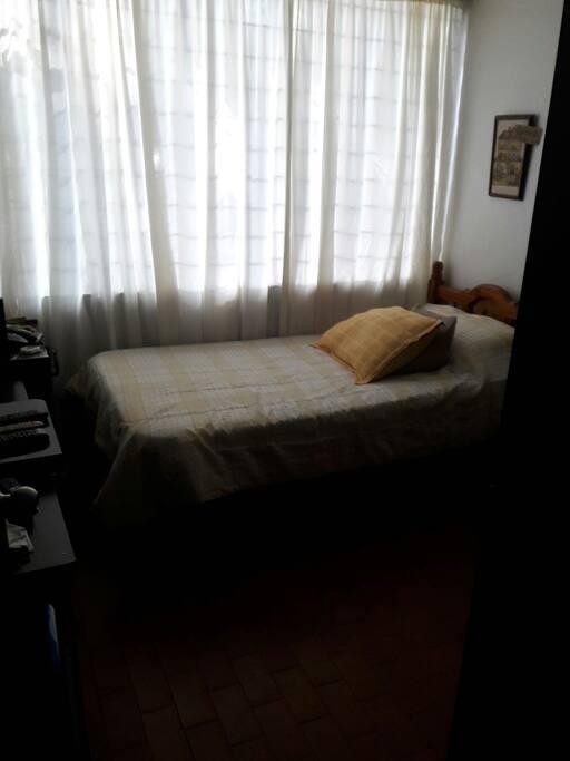 habitacion sencilla con closet y tv