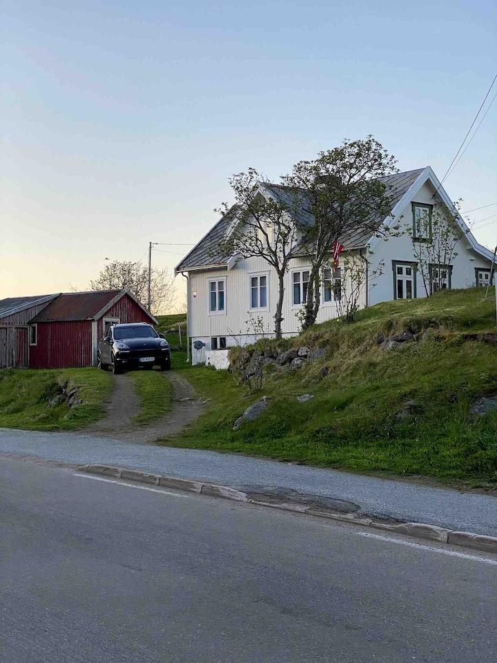 "Nordlandshuset ""Lottebakken"", Ballstad in Lofoten"