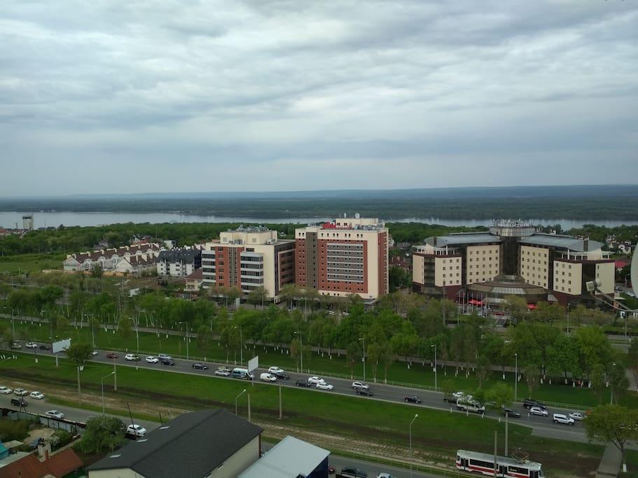В 100 метрах от дома (под окном) отели Renaissance Samara Hotel и Hotel Ibis Samara