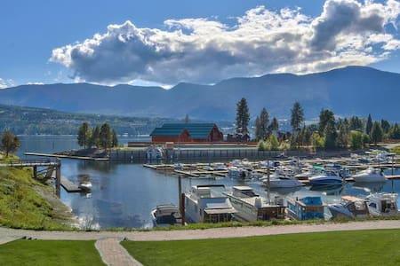 Bayside Summer Home - Lake & Marina Front Living - Scotch Creek - บ้าน
