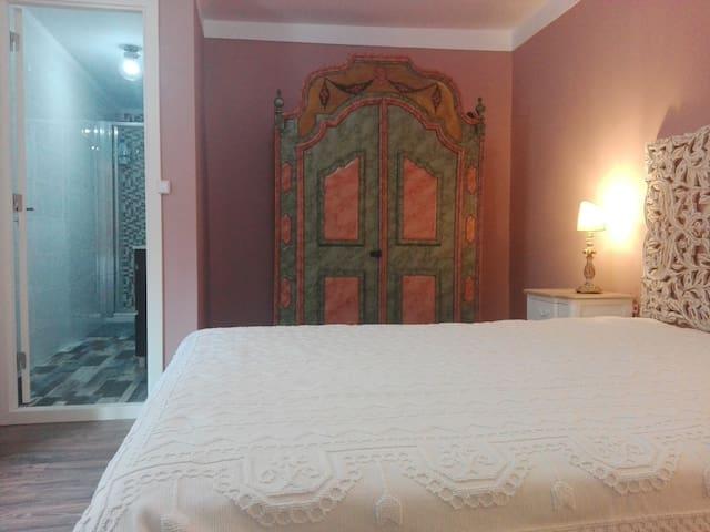 Bedroom with en-suite WC |  Quarto com WC en-suite