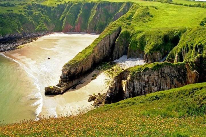 Pembrokeshire -Tenby/Manorbier Dble bed+hand basin - Manorbier