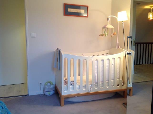 Lit a barreaux et équipement bebe dans la 2ème chambre